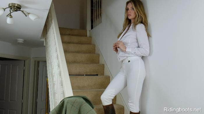Louise in ridingboots.