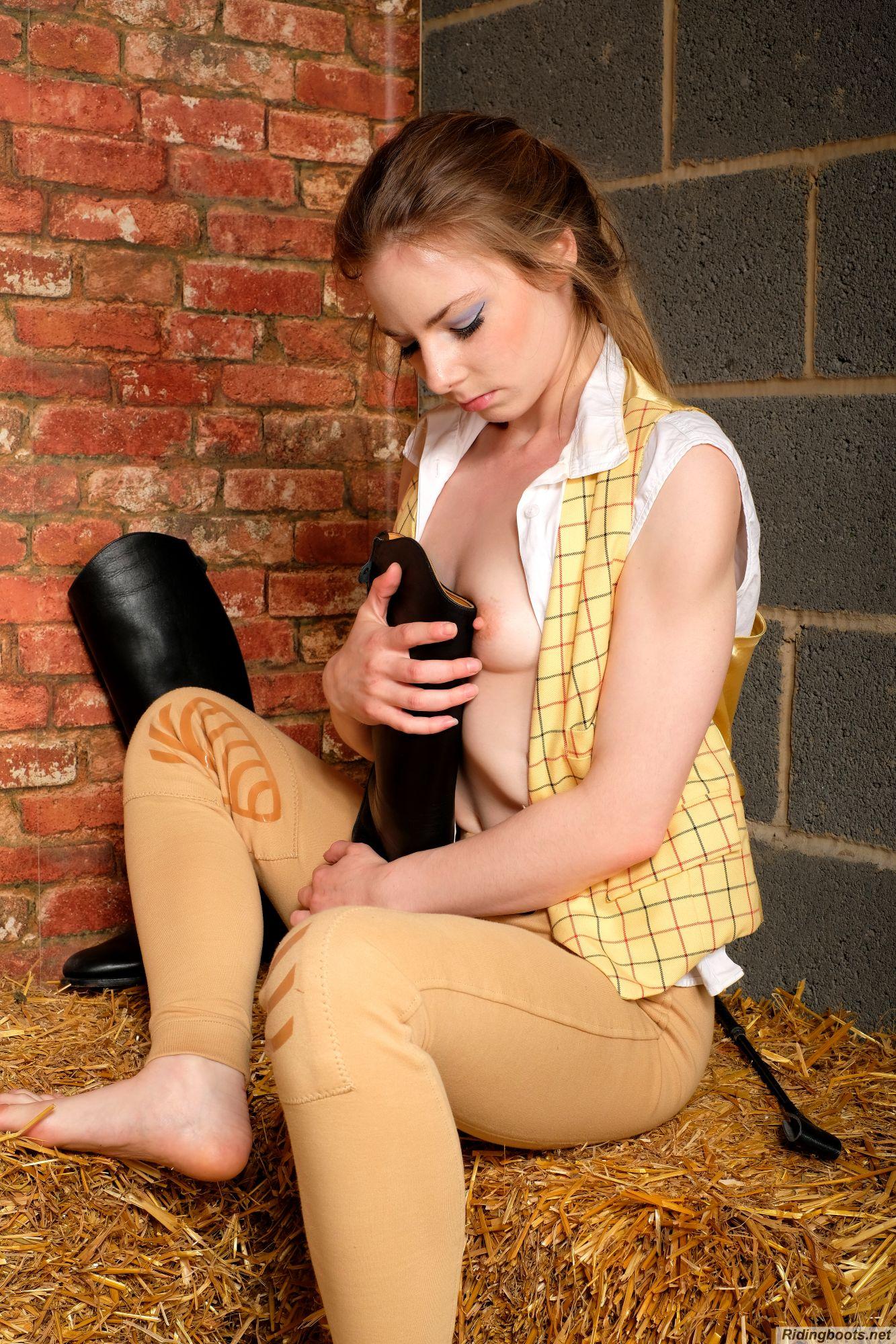 Alicia in ridingboots.