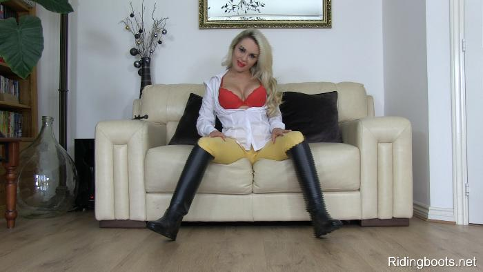Ashley Jay in ridingboots.